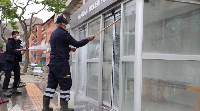 Hakkari'de şehir içi duraklar dezenfekten edildi